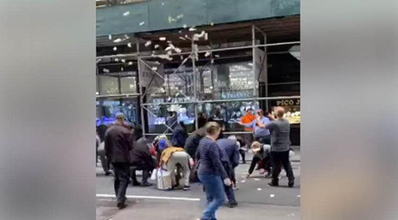 מיליונר זרק באוויר אלפי דולרים במרכז מנהטן