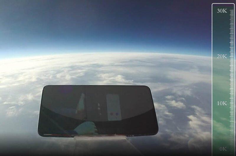 זה מה שקורה לסמארטפון שנופל מגובה 30 אלף מטר