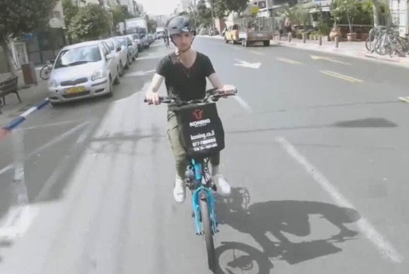 רוכב על אופניים חשמליים
