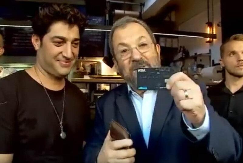 ברק מציג למצלמות את כרטיס האשראי