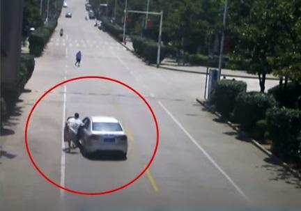 נהג מונית גיבור משתלט על רכב