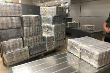 מזוודות מלאות בסיגריות בלבד