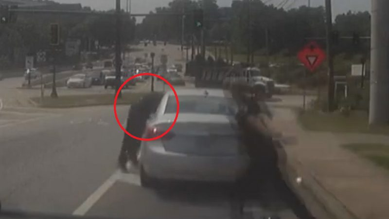 השוטר נתלה על הרכב הנמלט